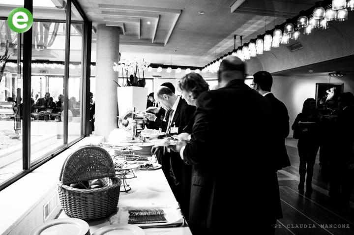 Le eccedenze alimentari del convegno dell'hotel alla mensa per i poveri
