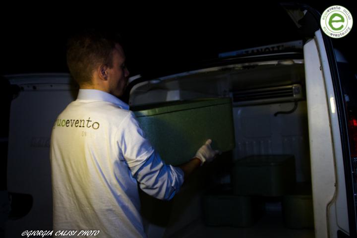 equoevento pone nel furgone gli alimenti eccedenti per portarli alla comunità di bisognosi
